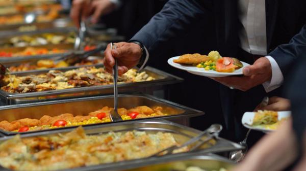 Sau bữa cơm đãi khách, 2 nhân viên mới lập tức bị đuổi việc: Lý do ai cũng nên ngẫm!