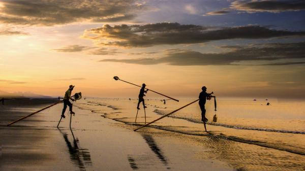 Ngư phủ đánh cá trên những chiếc cà kheo