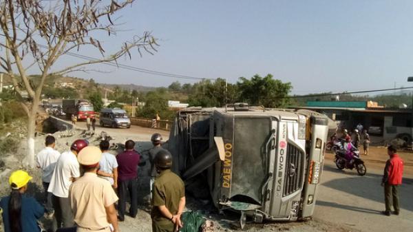 """Tai nạn kinh hoàng: Xe tải lật """"phơi bụng"""" trên quốc lộ, giao thông ách tắc nhiều giờ"""