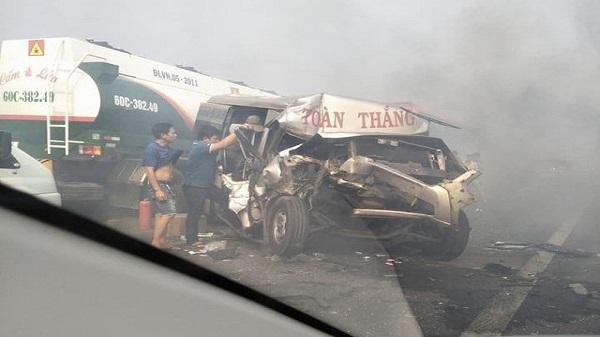 Tai nạn thảm khốc: Khói mù mịt trên cao tốc, loạt xe đâm nhau vỡ nát