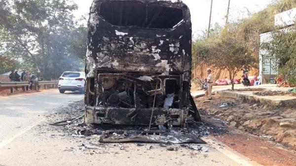 Xe khách giường nằm chở 38 người bốc cháy giữa đường trong đêm