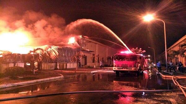 Nóng: Cháy lớn nhà máy sản xuất sợi, hàng trăm công nhân tháo chạy trong đêm