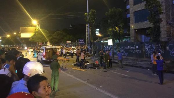 Kinh hoàng: Thanh sắt giàn giáo bất ngờ rơi xuống đường giờ cao điểm đè trúng 3 xe máy, 1 phụ nữ tử vong tại chỗ