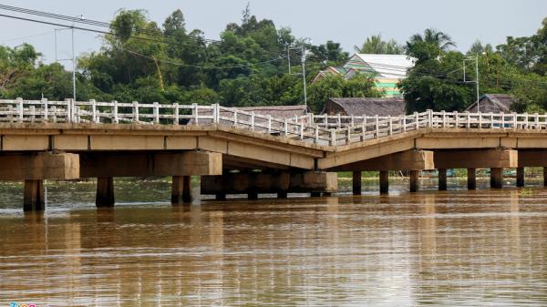 Học sinh liều mình đi qua cầu sắp sập ở Quảng Nam