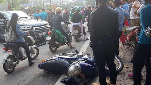 Kinh hoàng:  Xe sang Audi bất ngờ lùi t ông trúng Mercedes và 2 xe máy, hất tung người giữa phố