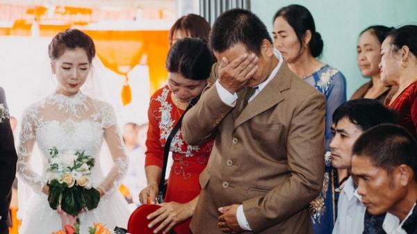 Cha đưa tay lau vội nước mắt ngày con gái đi lấy chồng, thế mới biết dù mạnh mẽ dến đâu cha vẫn có lúc mềm yếu đến nghẹn lòng