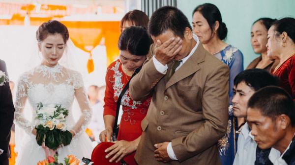 Cha đưa tay lau vội nước mắt ngày con gái lấy chồng, thế mới biết dù mạnh mẽ dến đâu cha vẫn có lúc mềm yếu đến nghẹn lòng