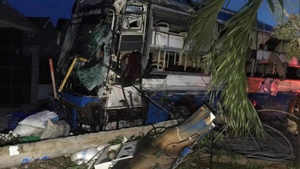 Kinh hoàng: Xe tải tô ng liên hoàn 2 xe khách, nhiều người bị thư ơng