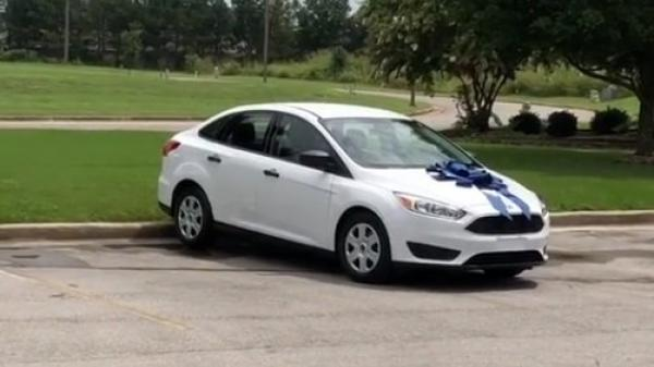 Phụ huynh tặng cô giáo của con 1 chiếc ô tô để bày tỏ tấm lòng