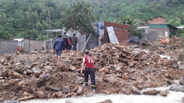 Đang ăn phở, đoàn giáo viên Đắk Lắk gặp nạn sạt lở đất, 5 người thư ơng vo ng