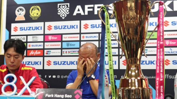 Bố Park b.ật khóc trong họp báo ở Malaysia: Không muốn các con bị ch.iếu lazer, hãy chơi sòng phẳng