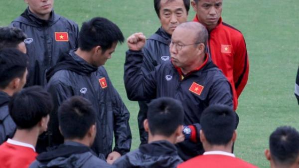 """Đánh nguội đội trưởng Malaysia, Mạnh """"g.ắt"""" bị thầy Park c.ảnh cáo trước toàn đội"""