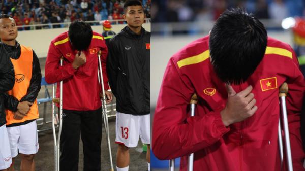 Tuyển Việt Nam đá, có 1 người chịu đau chống n.ạng đi xem, lặng lẽ rơi nước mắt khi hát Quốc ca
