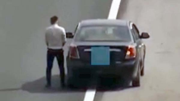 Bất chấp ng.uy h.iểm, người đàn ông ngang nhiên dừng xe giữa đường cao tốc để đi vệ sinh