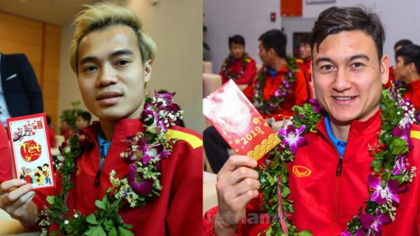 Dàn trai đẹp đội tuyển Việt Nam trở về trong vòng tay người hâm mộ và gia đình