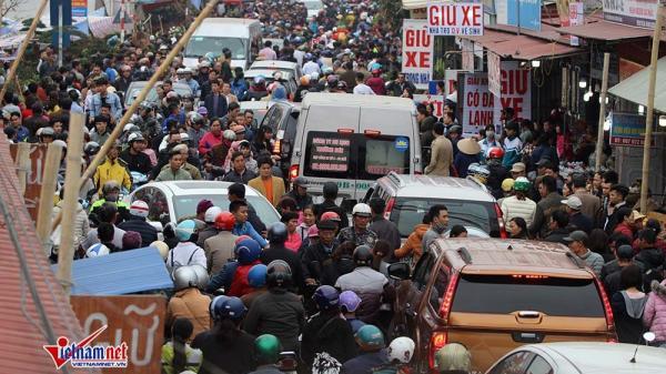 Nam Định: Hàng vạn người đổ về chợ Viềng, ngàn ô tô, xe máy tắc cứng giữa đường