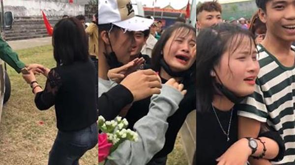 Girl xinh xứ Nghệ òa khóc nghẹn ngào tiễn người yêu đi bộ đội, hứa sẽ chờ 2 năm để về làm đám cưới