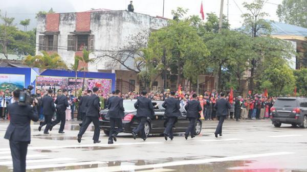 Dàn vệ sĩ của ông Kim Jong Un tái hiện màn chạy bộ ấn tượng trước cửa nhà ga Đồng Đăng, Việt Nam