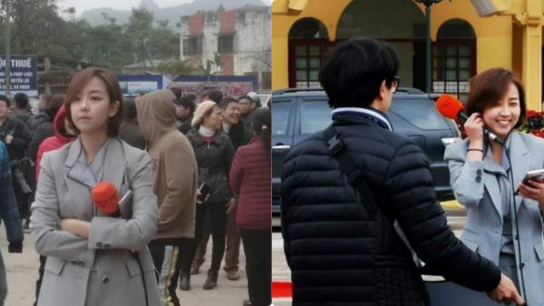 Nữ phóng viên Hàn Quốc xinh đẹp nổi bật giữa đám đông khi tác nghiệp tại ga Đồng Đăng