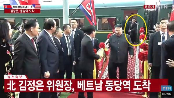Khoảnh khắc người đàn ông bí ẩn hớt hải chạy theo ông Kim Jong-un tại ga Đồng Đăng