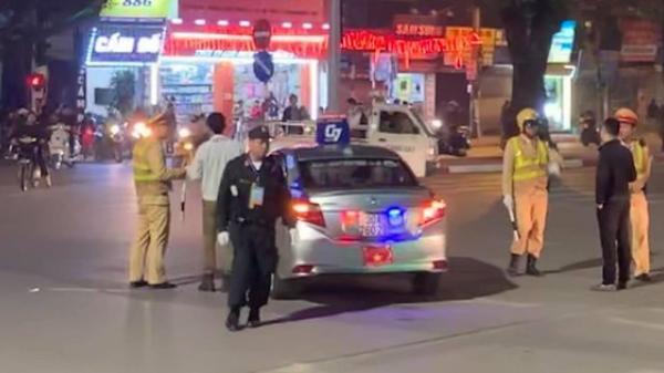 Clip chiếc xe taxi chạy lạc vào đoàn xe ưu tiên phục vụ Hội nghị thượng đỉnh Mỹ - Triều gây xôn xao