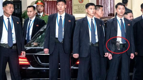 Sau lớp áo vest của cận vệ Triều Tiên là khẩu s.úng trứ danh và rất đặc biệt