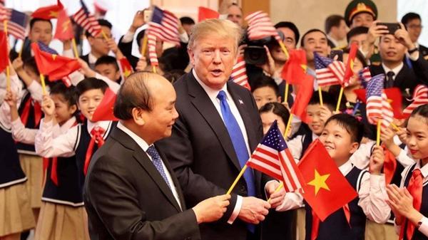 Khoảnh khắc bất ngờ đầy ấn tượng của Tổng thống Trump khi hội kiến Thủ tướng Nguyễn Xuân Phúc
