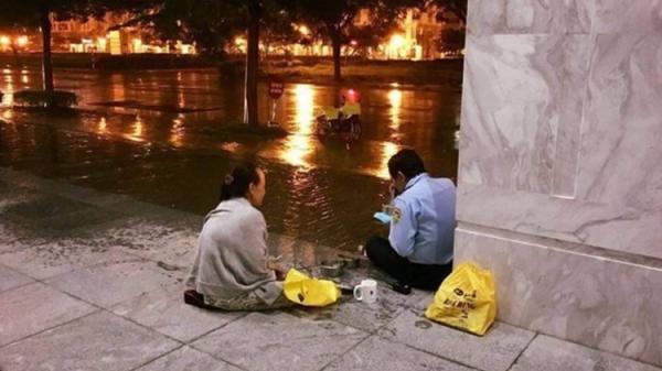 """Vợ đội mưa đưa cơm cho chồng làm bảo vệ khiến CĐM tan chảy: """"Có tiền cũng không mua được"""""""