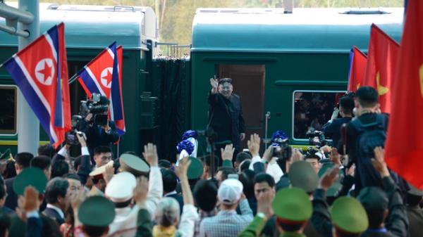 Ông Kim Jong-un vẫy tay tạm biệt và cảm ơn Việt Nam, lên tàu bọc thép trở về Triều Tiên