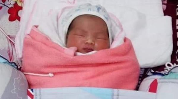Bé gái vừa sinh đã bị mẹ b.ỏ rơi trước cổng nhà dân, đọc lá thư mà rớt nước mắt