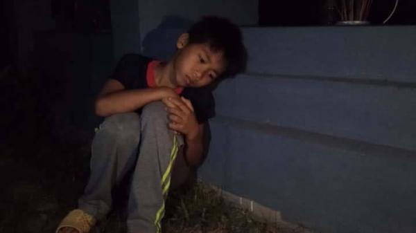 Sự thật bức ảnh bố m.ất sớm mẹ bỏ đi, bé trai bơ vơ ngày nào cũng ngồi mộ bà khóc đến khuya