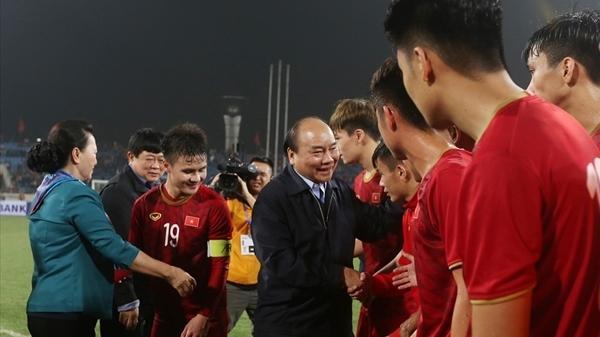 Thủ tướng xuống sân chúc mừng U23 Việt Nam đánh bại U23 Thái Lan