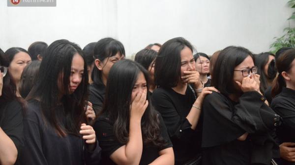 Hàng nghìn người khóc cạn nước mắt trong t.ang lễ của nữ giáo viên bị ô tô Mercedes t.ông t.ử v.ong