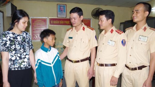 Nhớ mẹ, bé trai đạp xe hơn 100km từ Nam Định lên Hà Nội tìm mẹ