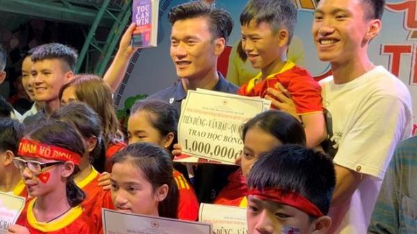 Đoàn Văn Hậu quê Thái Bình cùng đồng đội tặng sách cho trẻ em m.ồ c.ôi, kh.uyết t.ật