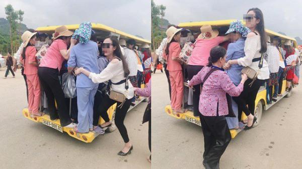 Nhóm người đu bám cheo leo trên xe điện ch.ật c.ứng để ra ngoài chùa Tam Chúc