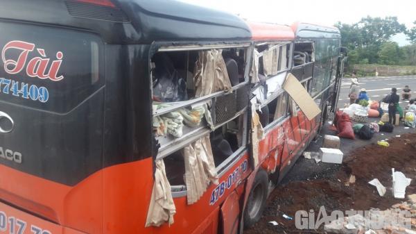 Va chạm với xe mang BKS Đắk Lắk trực diện, hiện trường thảm khốc, hành khách hoảng loạn