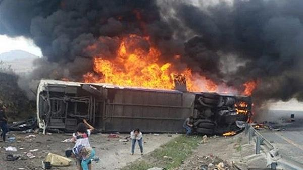 Xe buýt đ.âm vào xe tải rồi bốc cháy, 10 người t.ử v.ong