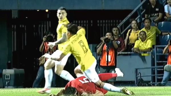 Cầu thủ Thái Lan phạm l.ỗi thô bạo, Văn Hậu quê Thái Bình nằm sân đ.au đớn