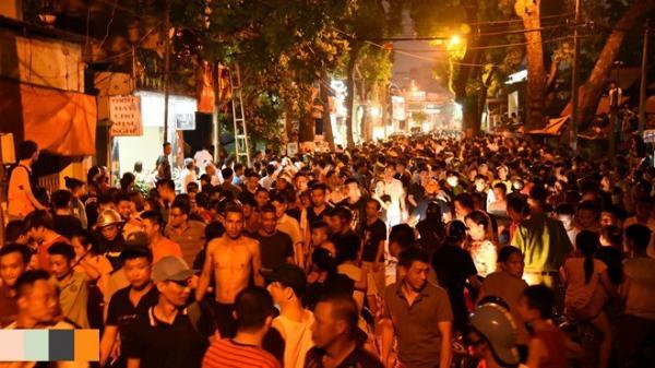 Hàng trăm người dân tụ tập theo dõi cảnh sát giải cứu con tin khỏi đối tượng nguy hiểm ở tiệm cầm đồ