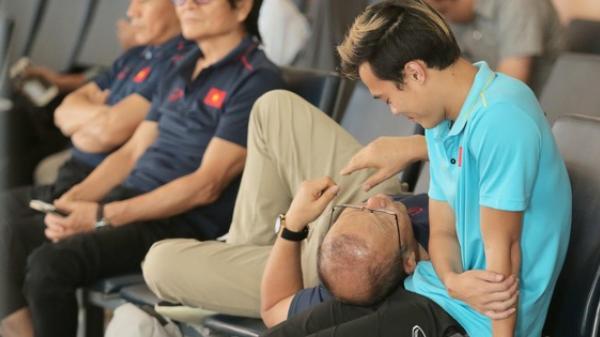 Khoảnh khắc ngọt ngào: HLV Park Hang-seo gối đầu lên đùi Văn Toàn đầy tình cảm tại sân bay