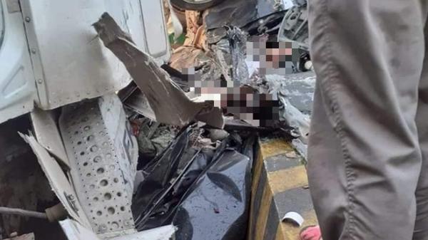VỪA XONG: Container nổ lốp t.ông bẹp dúm ô tô 4 chỗ, 3 người t.ử v.ong thương tâm