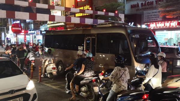 Tài xế quê Nam Định điều khiển xe khách 29 chỗ cố leo cầu vượt, m.ắc k.ẹt ở thanh chắn gây ùn tắc nghiêm trọng