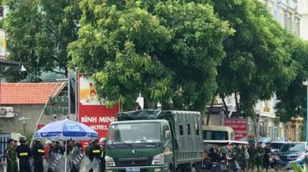 Hàng chục cảnh sát được huy động khẩn tới biển Hải Tiến ngăn chặn x.ô x.át