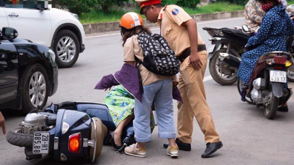 Thí sinh đi xe ô tô mở cửa bất cẩn khiến gia đình thí sinh khác ngã sõng soài ra đường