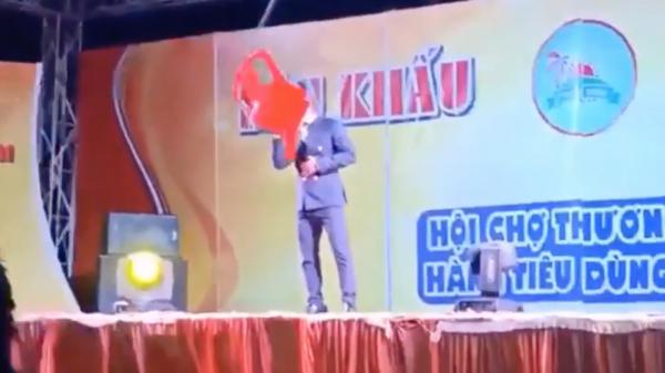 Ca sĩ hội chợ Du Thiên bị khán giả ném thẳng ghế nhựa vào người khi đang đứng hát
