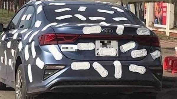 Đậu xe chắn quán trà đá nước mía, ô tô bị dán chằng chịt băng vệ sinh