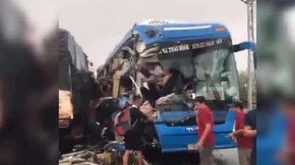 Clip: Tai nạn liên hoàn nghiêm trọng, xe giường nằm t.ông xe tải và container khiến nhiều người ng.uy k.ịch