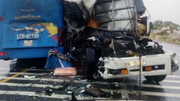 Vụ tai nạn liên hoàn khiến đầu xe tải biến dạng: Danh tính tài xế quê Thái Bình mắc kẹt nguy kịch trong cabin