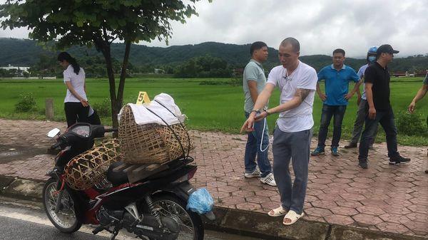 Cận mặt Lường Văn Hùng ngồi sau xe máy diễn tả lại hành vi phạm tội ở vụ s.át h.ại nữ sinh giao gà